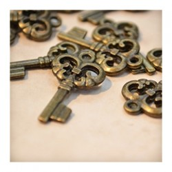 Метални ключета и фигурки